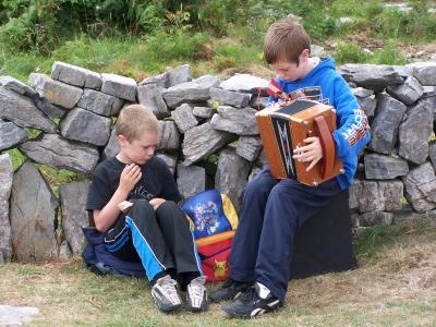 zwei Kinder singen beim Wandern